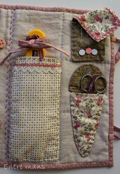 Para tener todos los utensilios de patchwork a mano, práctico y coqueto costurero, con diversos bolsillos y departamentos, en el podemos gu... Sewing Box, Hand Sewing, Fabric Crafts, Sewing Crafts, Creative Bag, Needle Book, Pin Cushions, Vintage Sewing, Sewing Patterns