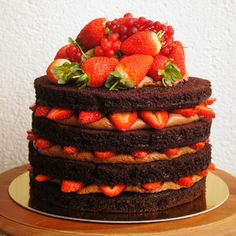 Naked Cake: Chocolate Cake + Nutella or Chocolate Cream Cheese Frosting + Strawberries. Sweet Recipes, Cake Recipes, Dessert Recipes, Chocolate Cream Cheese, Chocolate Cake, Brigadeiro Chocolate, Food Cakes, Cupcake Cakes, Cupcake Ideas