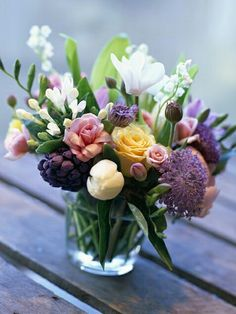 Decorating Ideas, Home Improvement, Cleaning & Organization Tips The secret to keeping this bouquet cheap is choosing a small vessel like a glass to put it in.The secret to keeping this bouquet cheap is choosing a small vessel like a glass to put it in. Arrangements Ikebana, Flower Arrangements Simple, Flower Vases, Table Arrangements, Diy Flower, Roses Vase, Ranunculus Flowers, Tulips In Vase, Peonies Bouquet