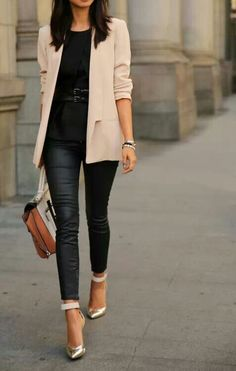 Pale pink blazer with all black. From 22 Spring Work Outfits For Young women. Casual work or weekend outfits. Stylish Work Outfits, Spring Work Outfits, Casual Outfits, Fall Outfits, Girls Weekend Outfits, Spring Wear, Casual Attire, Summer Outfit, Casual Dresses