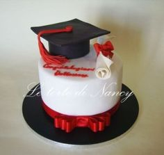Graduation cake: beautiful but above all . Discover that Torta di Laurea: bella ma soprattutto…buona! Scopri quella più adatta a te Cake design for a single-tier graduation cake with touch and sugar paste parchment. Mini Tortillas, Bolo Glamour, Fondant Cakes, Cupcake Cakes, Cake Disney, Graduation Cupcakes, Graduation Cake Designs, Bithday Cake, Graduation Party Planning