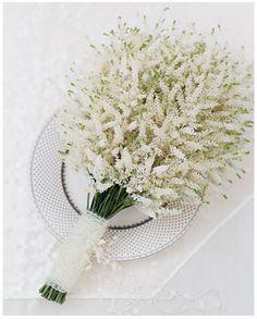Schattig wit bruidsboeketje.
