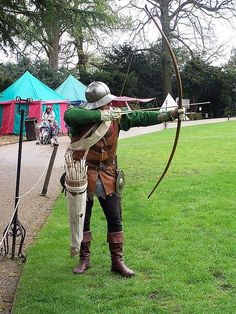On Monday we asked: What was the length of the longbow used by English archers in medieval times? Medieval Archer, Medieval Fantasy, Medieval Weapons, Medieval Life, Larp, English Longbow, Back Up, Wars Of The Roses, Live Picture
