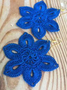 Tender flowery earrings, crochet earring pattern, awesome shape and eye-catching color. Easy tutorial for beginners. Crochet Chart, Crochet Motif, Crochet Hooks, Crochet Patterns, Beginner Crochet Tutorial, Crochet Flower Tutorial, Crochet Flowers, Crochet For Boys, Crochet Bunny