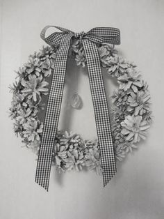 Tee-se-itse-naisen sisustusblogi: Käpykranssi Cute Christmas Ideas, Christmas Elf, White Christmas, Christmas Wreaths, Christmas Crafts, Christmas Decorations, Pine Cone Art, Diy And Crafts, Arts And Crafts