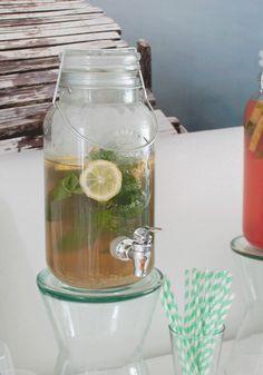 Zelfgemaakte groene ijsthee; een verfrissend drank dat ook nog eens goed voor je is. Lekker als het buiten warm is, tijdens de barbecue of een feestje!