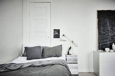 Kis hálószobák, nagy ötletek - ha két ajtaja is van a szobának, ha úgy praktikusabb, az egyiket zárd le.