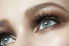 Immer sanfter, immer pflegender, immer wirksamer – neue Mascaras und Spezial-Seren punkten mit besonderen Rezepturen und verleihen den Wimpern herrlich natürlichen Schwung, deutlich mehr Fülle und Länge. Ob mit oder ohne Farbe – wir haben es jetzt gern: je länger, je lieber!
