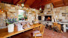 Pohled do vnitřní části kamenné letní kuchyně. Uspořádání přesně odpovídá požadavkům majitele – nechybí krb a udírna. Kuchyň je pohodlná pro 10 a více osob.