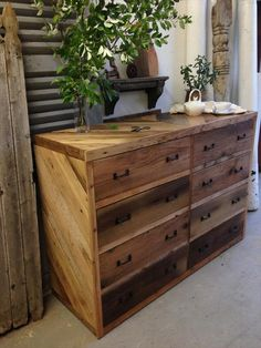 This DIY pallet dresser idea will amaze you with its elegance and uniqueness. It will be a guarantee hit in your home and will equally stand out among all costly antique pieces. You will be loving this for its convenient storage space and stylish look. Pallet Furniture Dresser, Reclaimed Wood Furniture, Furniture Projects, Furniture Plans, Diy Furniture, Dresser Ideas, Rustic Dresser, Diy Dresser Plans, Furniture Buyers