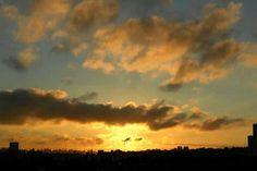 Foto de Luiz de Campos Jr 06/09/2013 sp, 6h23 - sol 13virgem57; lua nova crescendo em 24virgem42. enquanto isso, aqui na terra... amanhã a lua, virgem e saturno estarão pertinho um do outro, acima do poente (: [via Denise]... e deu tempo, bonsdias! — em Butanta, Sao Paulo. (Sic)