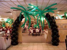Jungle Vines Made From Plastic Table Cloths Hawaiian Birthday, Hawaiian Theme, Balloon Decorations, Birthday Decorations, Balloon Palm Tree, Palm Trees, Thema Hawaii, Hawaian Party, Luau Party