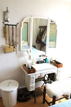 Many of us have a vintage or even antique sewing machine in their home that is dusty and neglected. Here are 60 ideas to upcycle vintage sewing machines into various types of home decor accessories. Old Sewing Machine Table, Treadle Sewing Machines, Antique Sewing Machines, Furniture Makeover, Diy Furniture, Furniture Vanity, Antique Furniture, Singer Sewing Tables, Singer Table