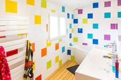 Contemporary Bathrooms 122723158575533868 - Salle de bains Blanc / Beige / Naturel Multicolore Contemporain / Actuel Source by Bathroom Color Schemes, Bathroom Tile Designs, Bathroom Colors, Colorful Bathroom, Diy Interior, Bathroom Interior Design, Contemporary Bathroom Lighting, Contemporary Decor, Ideas Baños