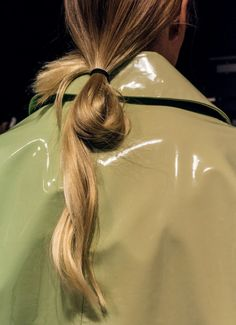 Hair Styles 2018 Patent coat with half-tie ponytail Discovred by : Byrdie Beauty Clavicut, Easy Style, Jolie Photo, Looks Style, Mode Inspiration, Messy Hairstyles, Blonde Hairstyles, Hair Inspo, Look Fashion