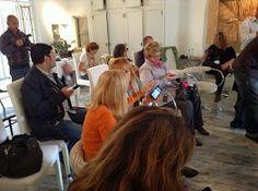 Atentos pero trabajando... los blogueros no dejan de comunicar, minuto por minuto para transmitir sus experiencias en la red