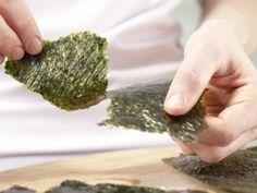 Wer sein Maki-Sushi in Nori hüllt, ist garantiert nicht schief gewickelt. Doch die leckeren Algen können noch mehr - was, das verrät die EAT SMARTER Warenkunde!