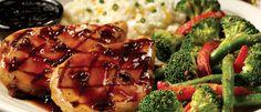 Δύο στήθη κοτόπουλου που συνοδεύονται από Jack Daniel's® Sauce, λαχανικά του chef και Cheddar Cheese Mashed Potatoes.