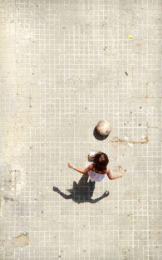Noemau - Girl playing ball