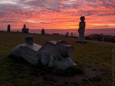 Tivizio et Merec à la Vallée des Saints à Carnoët  au lever du soleil  © Paul Kerrien http://toilapol.net  Carnoët - Côtes d'Armor Bretagne
