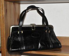 Superschöne Handtasche aus schwarzem Leder.  Die Tasche hat ein großes Hauptfach und ein Seitenfach mit Reißverschluss.  Schöne Patina mit Flecken, Schrammen und kleinen Macken, schön...