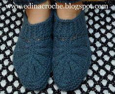 Je ne connais que les bases du tricot (bas et tric - Tr Knit Shoes, Crochet Shoes, Love Crochet, Knit Crochet, Baby Knitting Patterns, Knitting Stitches, Knitting Socks, Hand Knitting, Knitted Slippers