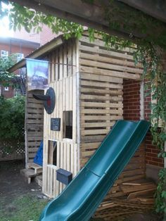 Here is the kids playhouse I made from reclaimed wooden pallets. I added a climbing wall and a slide for the 2 boys! Une cabane avec mezzanine, mur d'escalade et glissade dans le jardin pour 2 grands garçons! Pallet Fort, Pallet Kids, Pallet Playhouse, Pallet Shed, Wood Pallet Art, Build A Playhouse, Pallet House, Pallets Garden, Pallet Crafts