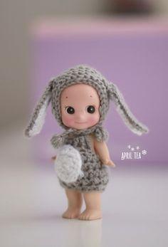♥ 래빗 보닛 + 래빗 배바지 왠지 꽤 오랫만인듯한 소니엔젤 뜨개옷이네요. 요즘 대 유행중인(?) 스텔라 보... Crochet Doll Clothes, Doll Clothes Patterns, Crochet Dolls, Clothing Patterns, Crochet Hats, Kewpie Doll, Sonny Angel, Cute Little Things, Girls Characters