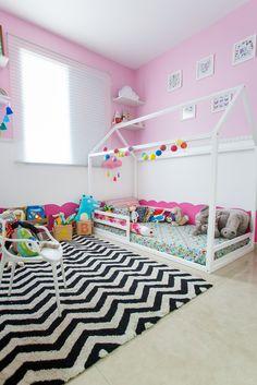 O quartinho da Lulu do Papai Comédia ficou pronto e claro, com muito @amomooui para deixar o ambiente muito mais fofo e divertido! Com o LENÇOL frutas, MINHOCÃO mosaico rosa, almofadas pompom e muitos toys, fica impossível não se apaixonar! Tapete: @mimootoysndolls #archilovers #architecturelovers #beautiful #becreative #bedroom #bedroomdecor #decor #decoracao #decorlovers #designinspiration #details