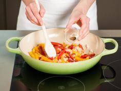 Zwiebel, Knoblauch, Chili und Paprika ca. 6 – 8 Min. bei mittlerer Hitze anbraten. Ingwer, Paprikapulver und Kreuzkümmel hinzufügen und ca. 2 Min. weiter braten.