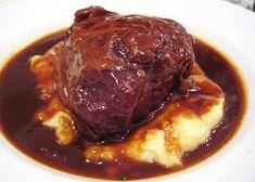 Si vous ne connaissez pas ce plat qu'est la joue de porc, laissez-vous tenter, c'est tellement bon!! Ingrédients (pour 4 personnes) : - 10 joues de porc de la Porcinère - 2 gros oignons - 250 g de poitrine fumée de la Porcinière - 1 cuillère à soupe de...