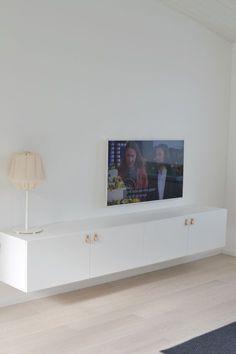 Sådär ja! Då var tv-möbeln på plats och jag känner mig helnöjd med denna lösning från IKEA. På sikt kanske vi beställer en toppskiva i marmor. Var även inne på luckor från Superfront men tycker…