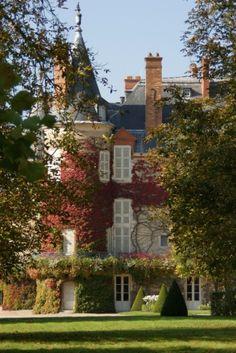 Chateau rambouillet  est modeste au milieu de son immense par de 100 hectares, Château royale il a logé et vu mourir François Ier, et résidence présidentielle jusqu'en 2009,