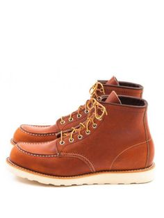 Redwing's 875 Classic Moc Toe in Oro-legacy is a classic Mocassin style boot. Its older brother, the Red Wing 877 was originally introduced in the Bottes Red Wing, Red Wing Boots, Red Wing 877, Red Wing Shoe Stores, Irish Setter Boots, Abercrombie Men, Fashion Shoes, Mens Fashion, Timberland Boots