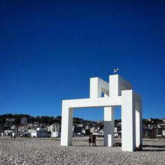 """Tous à la plage ! Nous allons voir UP#3 de #LangBaumann une immense installation """"ovni"""" face à la mer puis les """"Couleurs sur la plage"""" de #KarelMartens des cabanes qui prennent des couleurs sous ce soleil de plomb !  Photo par @stephblh  www.uneteauhavre.fr/  #uneteauhavre #lehavre500ans #lh_lehavre #lehavre #lh #lehavretourisme #portduhavre #havraisemblable #lehavretheplacetobe #lhtheplacetobe #igerslehavre  #seinemaritime #seinemaritimetourisme #normandie #normandietourisme #igersnormandie…"""