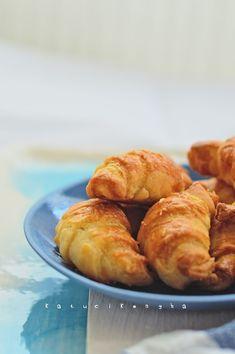 A világ legegyszerűbb túrós pogácsa receptje millióképp variálható. Ezúttal kis sajtos kiflik készültek belőle. A tészta a begyúrás után aká... Pretzel Bites, Muffin, Bread, Breakfast, Food, Morning Coffee, Brot, Essen, Muffins