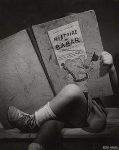Enfant lisant Histoire de Babar - Rose Nadau Photographie, 1947