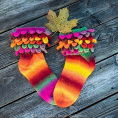 "Krokodil (tåuppsocka med kant i ""crocodile stitch"") Knitting Socks, Knit Socks, Crocodile Stitch, Crocodiles, Cute Socks, Stitch Patterns, Crochet, Ravelry, Threading"