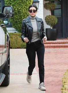 jeans + turtle neck + jaqueta de couro + tênis