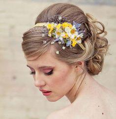 coiffure mariage: chignon bas bouclé avec bandeau à fleurs