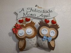 Guirlanda de coruja em feltro R$ 65,00 Felt Owls, Felt Birds, Felt Animals, Owl Crafts, Crafts For Kids, Arts And Crafts, Felt Ornaments, Christmas Ornaments, Felt Animal Patterns