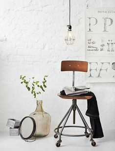 Every home needs an industrial touch now and then. So, why not make the best of the world of interior design and add those industrial lighting designs you've be Home Interior, Interior Styling, Interior And Exterior, Interior Decorating, Industrial House, Vintage Industrial, Industrial Chair, Design Industrial, Modern Industrial
