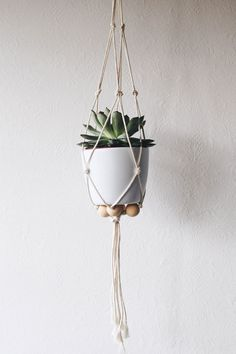 20 Creative DIY Hanging Planters to Display Your Greenery - Homelovr Diy Suspension, Diy Hanging Planter, Deco Floral, Macrame Projects, Plant Holders, Christmas Inspiration, Plant Hanger, Diy Crafts, Moment