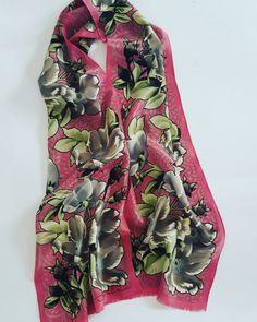Guarda questo articolo nel mio negozio Etsy https://www.etsy.com/it/listing/502821114/oscar-de-la-renta-stola-vintage #vintage #scarf #oscardelarenta