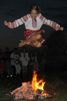 Фото дня - Самый сок! Ukrainian Tattoo, Ukrainian Art, Ukraine Women, Ukraine Girls, Romania People, Ritual Magic, Pagan Art, Art Populaire, Shield Maiden