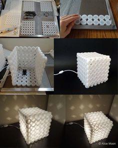Faça uma luminária com tampinhas de plástico.   De uma cor só ( como essa) ou podemos brincar com as cores, e até criar desenhos.   Essa ...