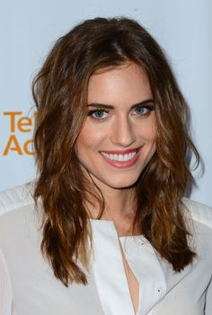 Allison Williams showed off her romantic side with a soft, beachy wave.