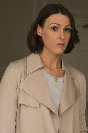 Suranne Jones as Doctor Foster in one of at least two lighter-weight, less structured trench coats she was spotted in. Beautiful Actresses, Actors & Actresses, Trench Coat Style, Trench Coats, Dr Foster, Female News Anchors, Suranne Jones, Gentleman Jack, Pretty People