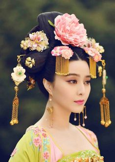 The Empress of China (simplified Chinese: 武媚娘传奇) is a 2014 Chinese television drama based on events in and Tang dynasty, starring producer Fan Bingbing as the titular character Wu Zetian—the only female emperor in Chinese history. Hanfu, Cheongsam, Oriental Fashion, Asian Fashion, Chinese Fashion, Traditional Fashion, Traditional Dresses, Traditional Chinese, The Empress Of China