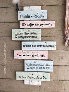 Familien-Regeln mit Namen auf bunten Brettern